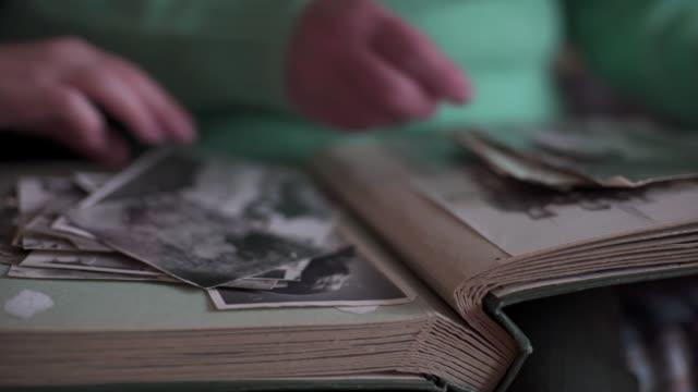 ein enkelkind, das seine großmutter besucht - fotografisches bild stock-videos und b-roll-filmmaterial
