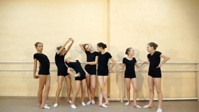 en grupp dansare efter lektionerna - balettstång bildbanksvideor och videomaterial från bakom kulisserna