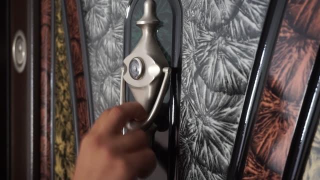 vídeos de stock e filmes b-roll de a guest knocking on the door with a doorknob, - door knock