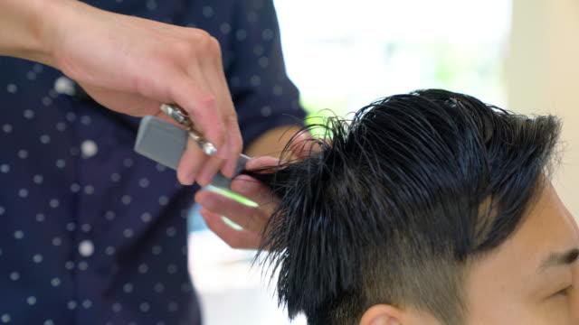 人が彼の髪をカットやスタイルの銅 - 美容院点の映像素材/bロール