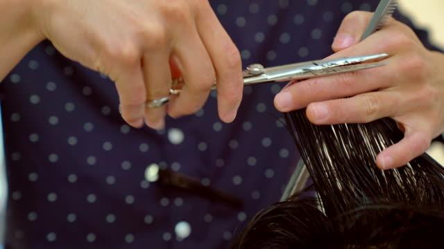 vidéos et rushes de cu d'un homme à obtenir ses cheveux coupés et style - coiffure