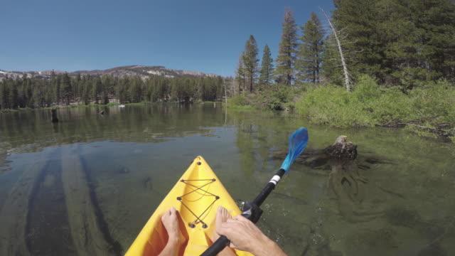 POV eines Mannes in einem ruhigen See Kajak – Video