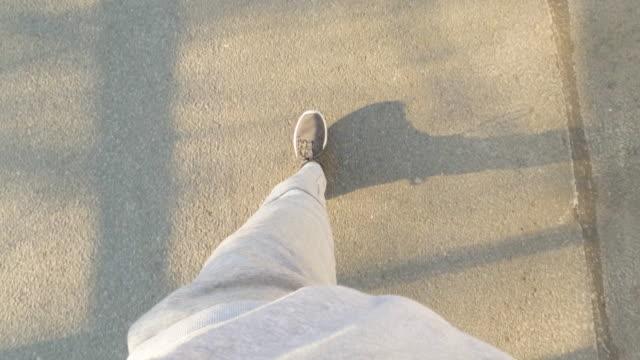 vídeos y material grabado en eventos de stock de pov de un hombre en un paseo - sudadera