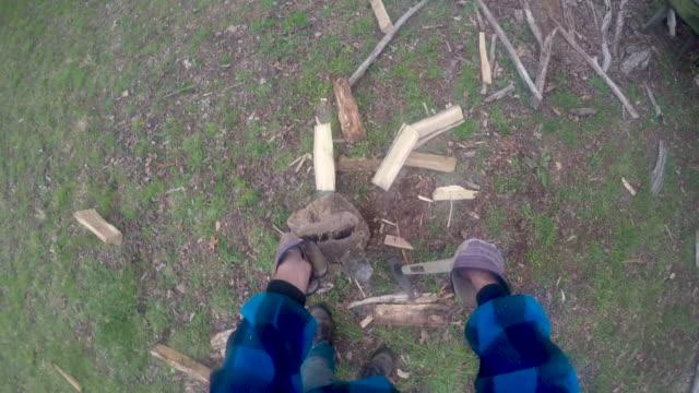 eldiven giyen bir maul ile yakacak odun yayan bir adamın pov - şömine odunu stok videoları ve detay görüntü çekimi