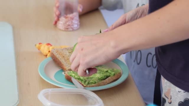 stockvideo's en b-roll-footage met een moeder en peuter die toost voor ontbijt maken. - geroosterd brood