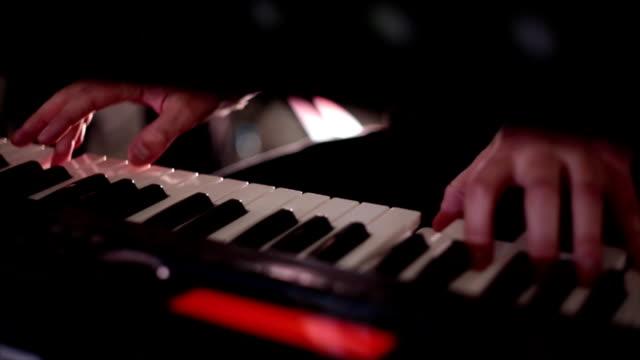 ミュージシャンは電子ピアノを弾く ビデオ