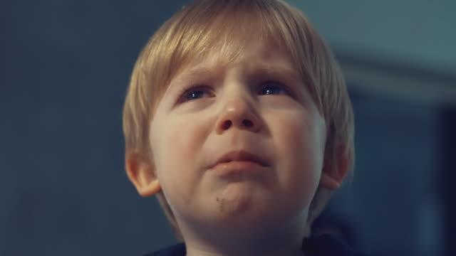 en tårfull barn pojke tittar på kamera och gråter - fruktan bildbanksvideor och videomaterial från bakom kulisserna