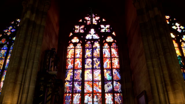 stockvideo's en b-roll-footage met een schuine stand up shot van een st. vitus kathedraal glasraam in prague castle - kerk