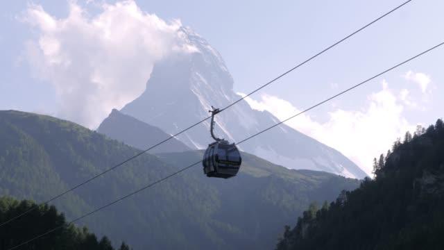 stockvideo's en b-roll-footage met een timelapse in de avond met een gondel voor de beroemde matterhorn in zermatt in zwitserland - matterhorn
