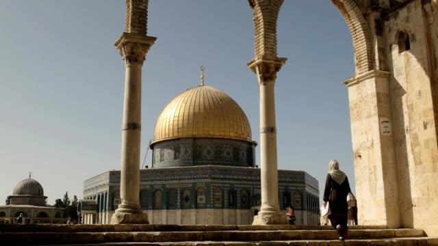 女性はエルサレムの岩のドームへの手順を登る - モスク点の映像素材/bロール