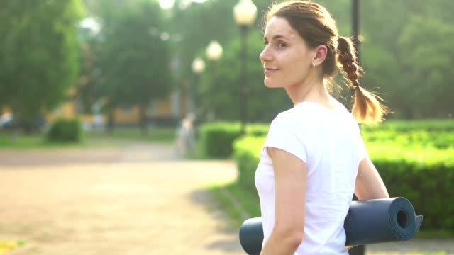a woman goes to the gym - tappeto video stock e b–roll