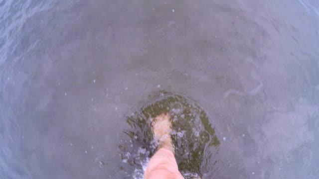 vídeos de stock e filmes b-roll de pov of a woman with painted toe nails walking through ankle deep water - mulher deixar ir