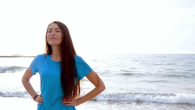en ung kvinna som kör på havet stranden sunrise - tävlingsdistans bildbanksvideor och videomaterial från bakom kulisserna