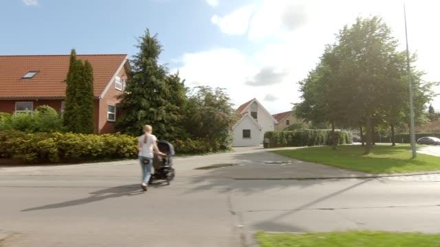 vídeos y material grabado en eventos de stock de aarhus suburb xxiii sincronió la serie vista izquierda placa de proceso de conducción - norte