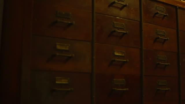 abacus och gammal kinesisk trä skåp bakgrund - abakus bildbanksvideor och videomaterial från bakom kulisserna