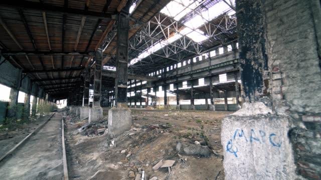 中に放棄され、ホーンテッド産業不気味な倉庫。 - 残骸点の映像素材/bロール
