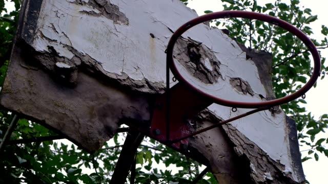 vídeos y material grabado en eventos de stock de aro de baloncesto abandonada - basketball hoop
