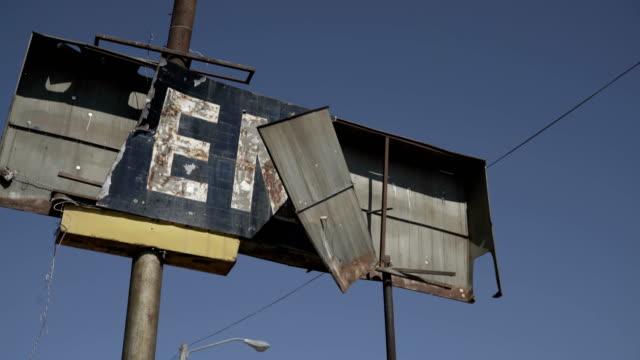 vídeos y material grabado en eventos de stock de cartelera abandonado - valla límite