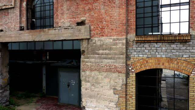 放棄された工場の建物 - 煉瓦点の映像素材/bロール