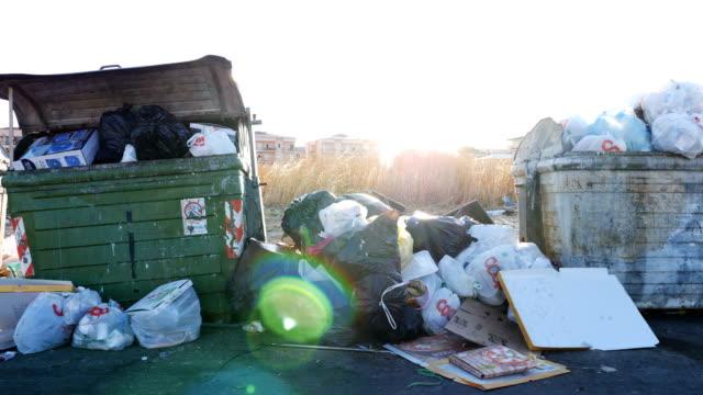 stockvideo's en b-roll-footage met achtergelaten vuilnis in de straten: afbraak, vervuiling, gevaar - tas