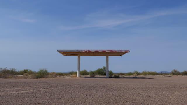 stockvideo's en b-roll-footage met verlaten benzinestation in azteekse arizona verenigde staten van amerika - verlaten slechte staat