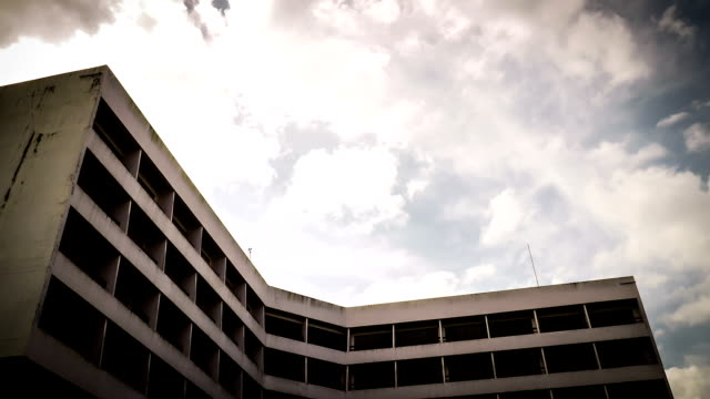 stockvideo's en b-roll-footage met abandoned hotel. time-lapse clouds. - absentie