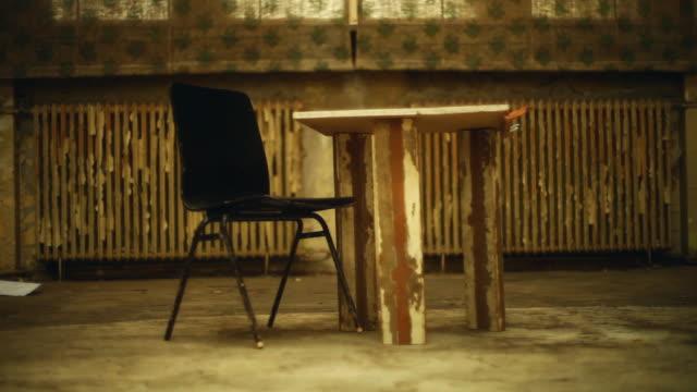 övergivet hus. gamla rum interiör - saknad känsla bildbanksvideor och videomaterial från bakom kulisserna