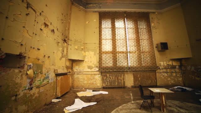 övergivet hus. gamla rum med fönster interiör - saknad känsla bildbanksvideor och videomaterial från bakom kulisserna