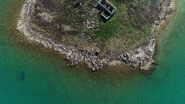 vídeos de stock e filmes b-roll de abandoned house on small mediterranean island - arquipélago