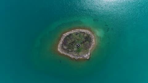 casa abbandonata sulla piccola isola mediterranea - isola video stock e b–roll