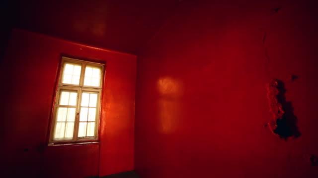 övergivet hus. röda gamla rum med fönster - saknad känsla bildbanksvideor och videomaterial från bakom kulisserna
