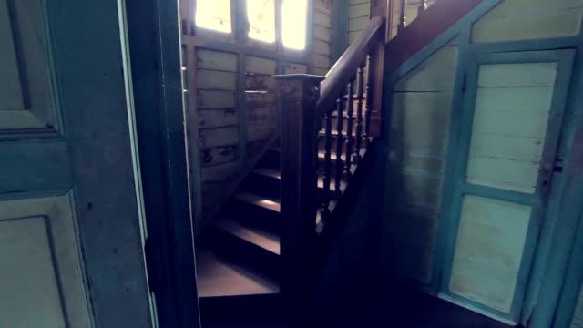 vídeos de stock e filmes b-roll de abandoned old house on twilight - mansão imponente