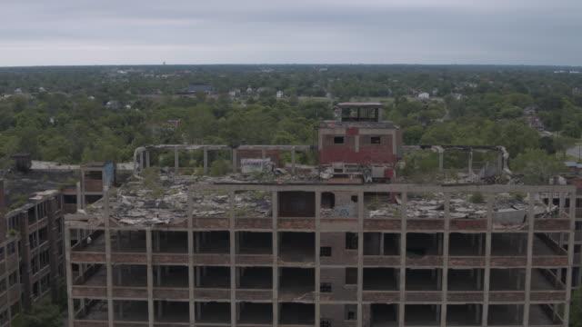 stockvideo's en b-roll-footage met verlaten plant detroit antenne - verlaten slechte staat