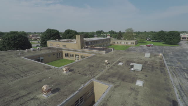 vídeos de stock e filmes b-roll de abandoned school south side chicago aerial - sul