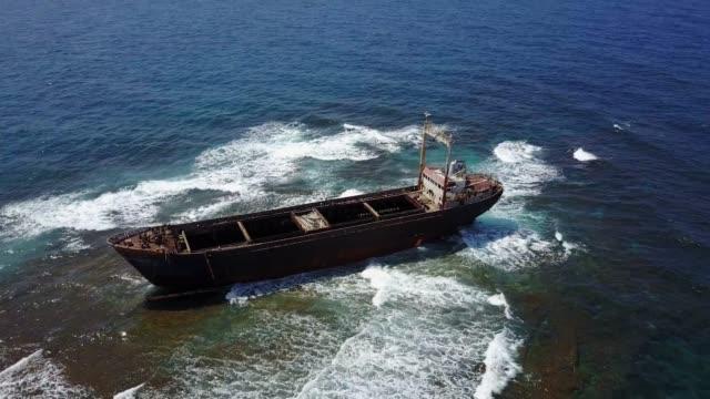 abandoned shipwreck on the reef in the mediterranean sea - кораблекрушение стоковые видео и кадры b-roll