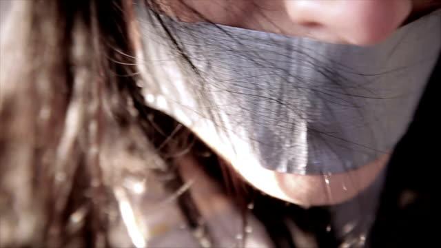 vídeos y material grabado en eventos de stock de secuestraron a mujer con cinta adhesiva sobre su boca - amarrado