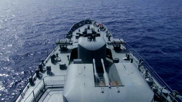 vidéos et rushes de à bord d'un navire de guerre - armement