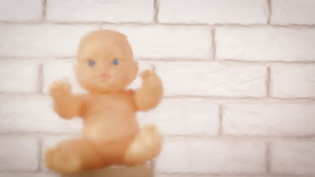 Abtreibung. Verlassene Puppe. – Video