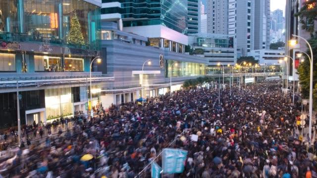vidéos et rushes de hong kong - 8 décembre 2019 : environ un million de personnes assistent à une manifestation à hong kong contre la loi controversée sur l'extradition. - démocratie