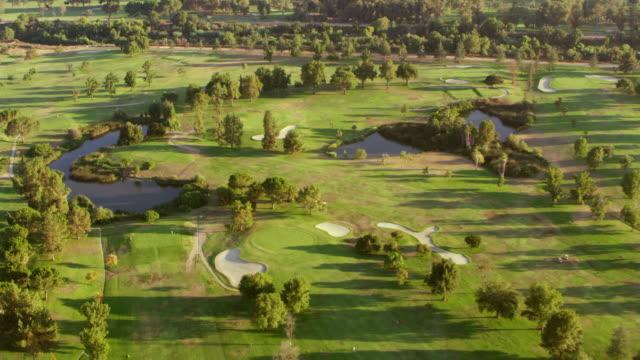 antenne über einen golfplatz im san fernando valley im sonnenschein - golf stock-videos und b-roll-filmmaterial