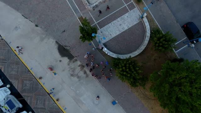 vídeos de stock, filmes e b-roll de acima de um grupo de pessoas - ática ática
