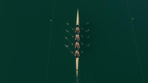 vidéos et rushes de aériennes au-dessus un scull quad glisse sur un lac - en rang