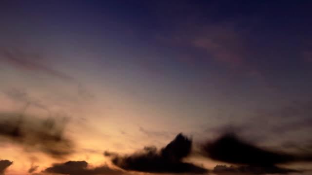 vídeos de stock, filmes e b-roll de mais nuvens, lapso de tempo do nascer do sol - só céu