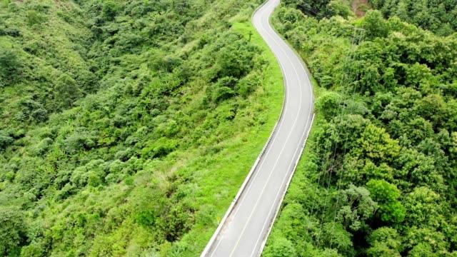 熱帯雨林の谷の上を通るアスファルトハイウェイの上 - 曲線点の映像素材/bロール