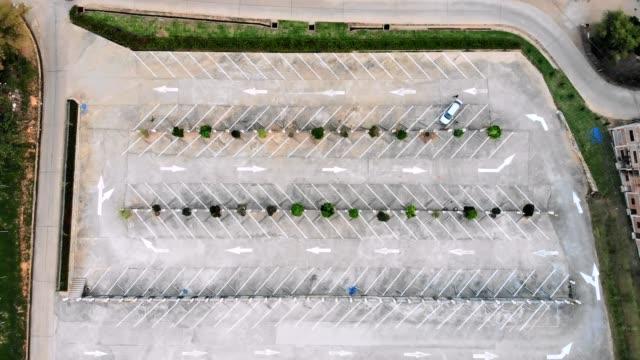 stockvideo's en b-roll-footage met boven van beton vloer openbare parkeerplaats met één auto en lijnen blok - parkeren
