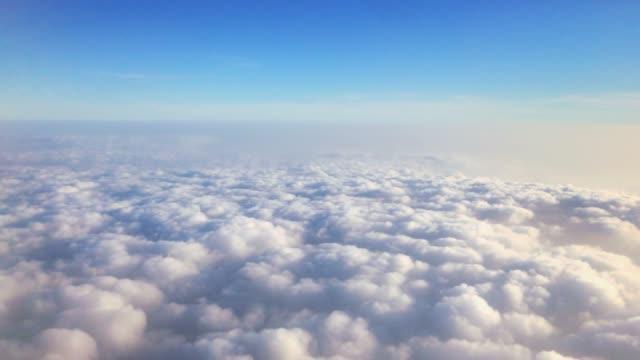 vídeos de stock, filmes e b-roll de acima das nuvens - viajando 4k - cirro