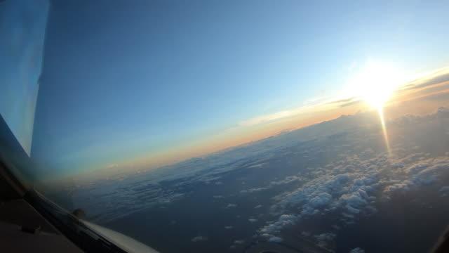 Acima das nuvens, voltando-se para o sol de avião - vídeo