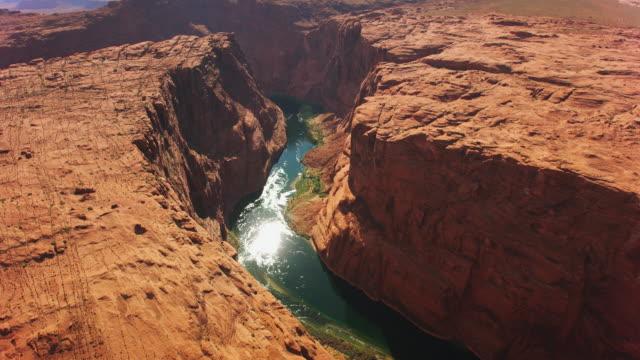 aerial über dem colorado river und glen canyon - grand canyon stock-videos und b-roll-filmmaterial