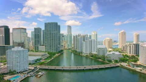 aerial sopra i grattacieli del centro di miami, fl - centro della città video stock e b–roll