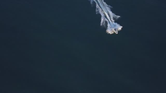 über ansicht einer motoryacht im meer drone 4 k video - schiff stock-videos und b-roll-filmmaterial